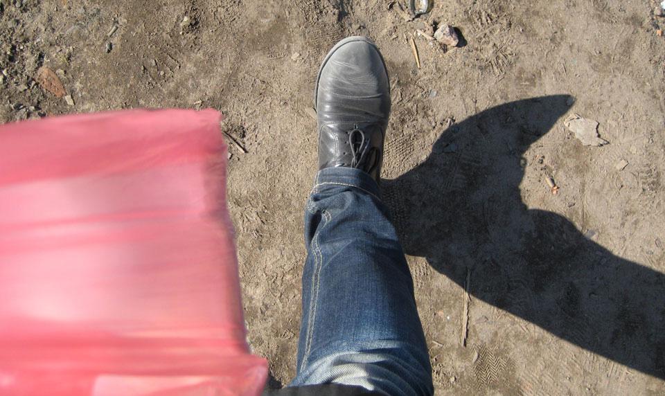 Blick von oben auf gehende Beine
